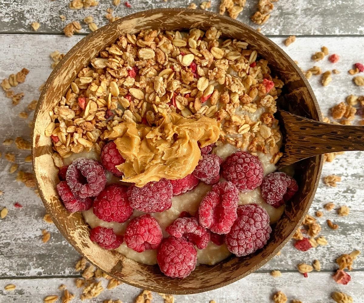 Oatmeal mit Erdnussbutter und Himbeeren